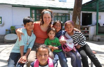 Una donatrice con un gruppo di bambini