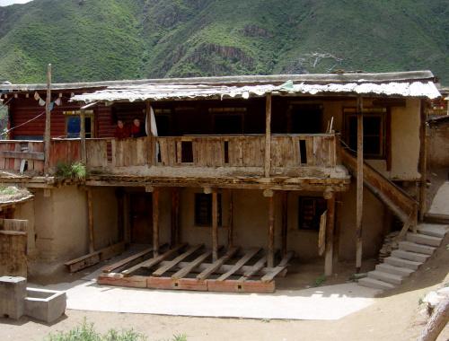 Nel 2002 la scuola di Derge era una struttura parzialmente distrutta durante la rivoluzione culturale.