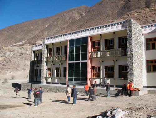 Nel 2009 si sono conclusi i lavori per la costruzione della nuova scuola di Derge.